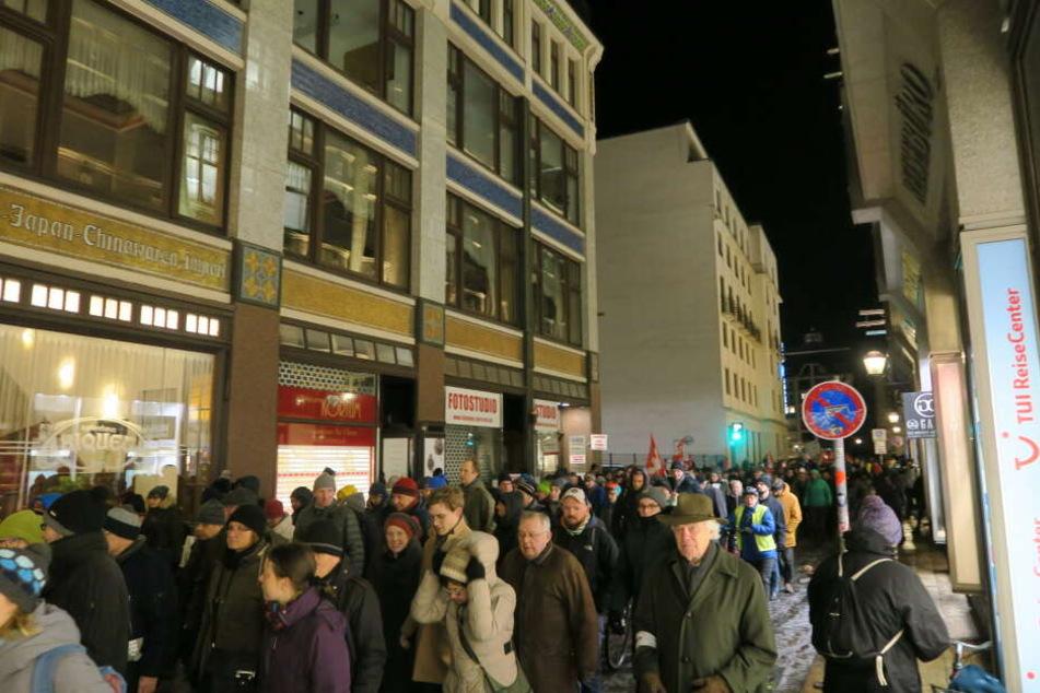 Vom Nikolaikirchhof ging es quer durch die gesamte Innenstadt. Mehr als 3000 Menschen sollen sich laut den Initiatoren der Demonstration angeschlossen haben.