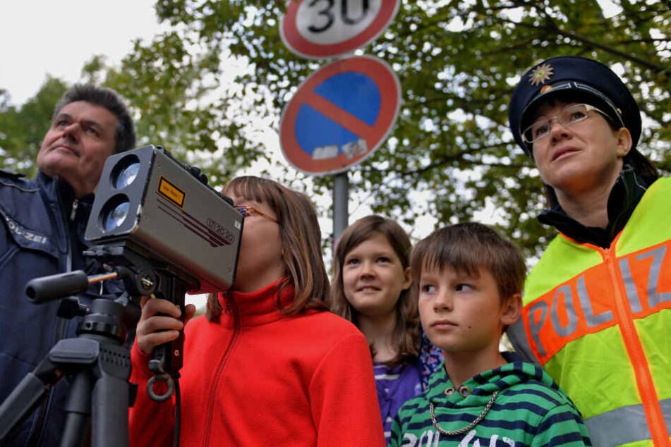 Grundschüler messen gemeinsam mit der Polizei die Geschwindigkeiten. (Archivbild)