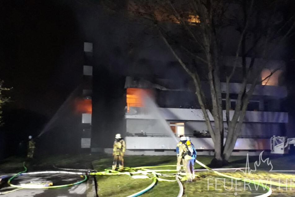 Bewohnerin stirbt in Flammen-Inferno: Vier weitere Menschen werden verletzt
