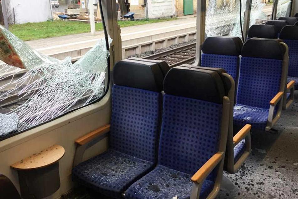 Metallklappe löst sich von Zug - Scheiben durchschlagen