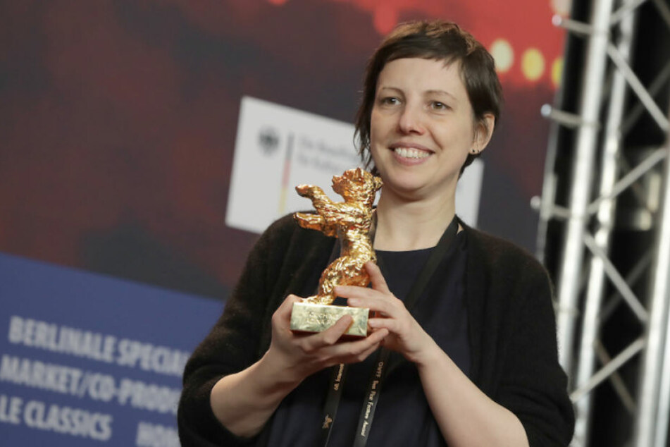Regisseurin Adina Pintilie (38) mit dem Goldenen Bären der Berlinale.