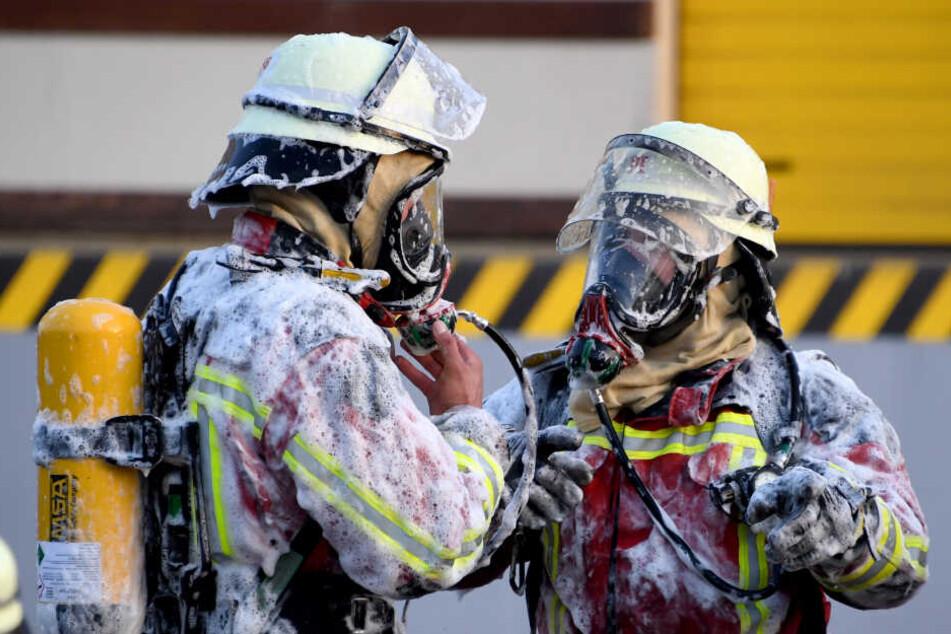 Die Feuerwehrmänner verpassten dem Kursleiter eine Schaumdusche. Das hatte fatale Folgen. (Symbolbild)