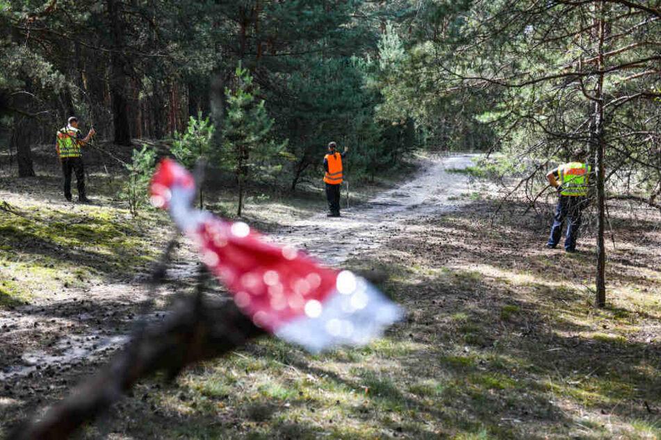 Einsatzkräfte der Polizei suchen in einem Waldgebiet nach Hinweisen zur vermissten Rebecca.