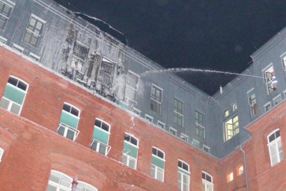 Die Feuerwehr löscht das brennende Zimmer.