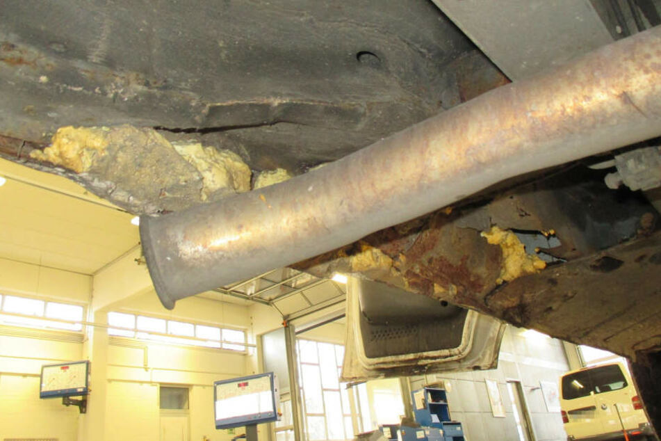 Am Unterboden wurden Rostschäden mit Bauschaum ausgebessert.