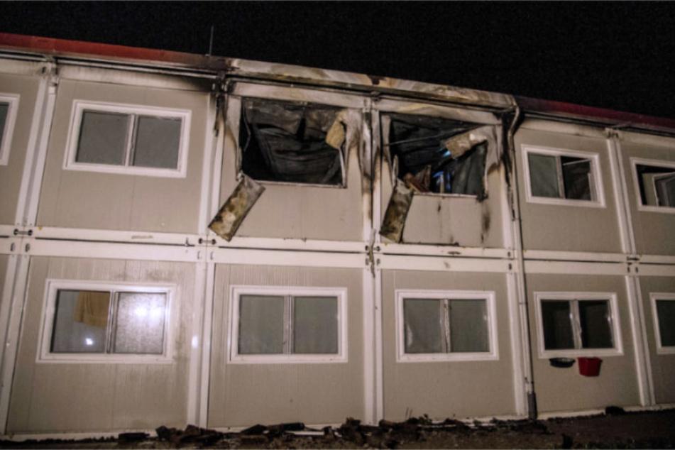 Verbrannte Wohncontainer der Unterkunft. Wie das Feuer verursacht wurde, dazu schweigt die Polizei.