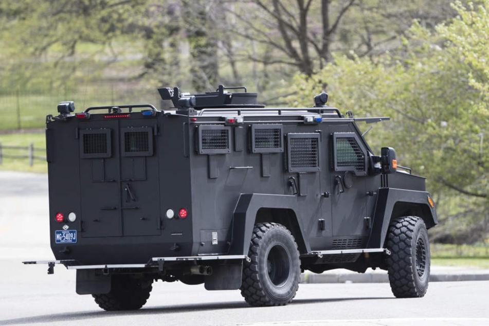 Landesweit fahndet die Polizei fieberhaft nach dem 37-Jährigen. Es wurde außerdem eine Belohnung von 50.000 Dollar ausgesetzt.
