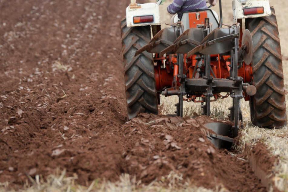 800-Kilo-Traktor kippt an Hang um und schlägt Arbeiter tot