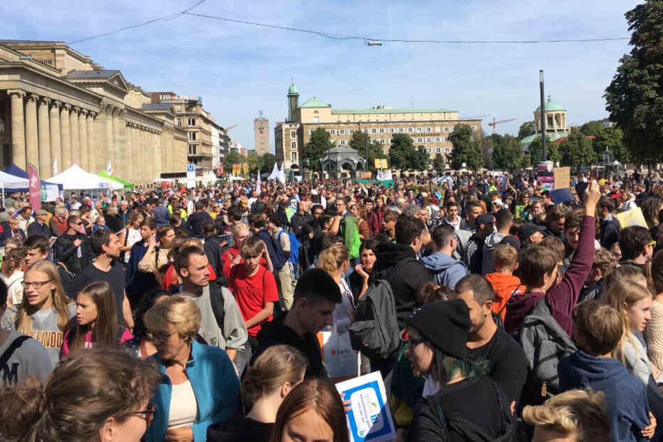 Auf dem Schlossplatz versammeln sich tausende Demonstranten.