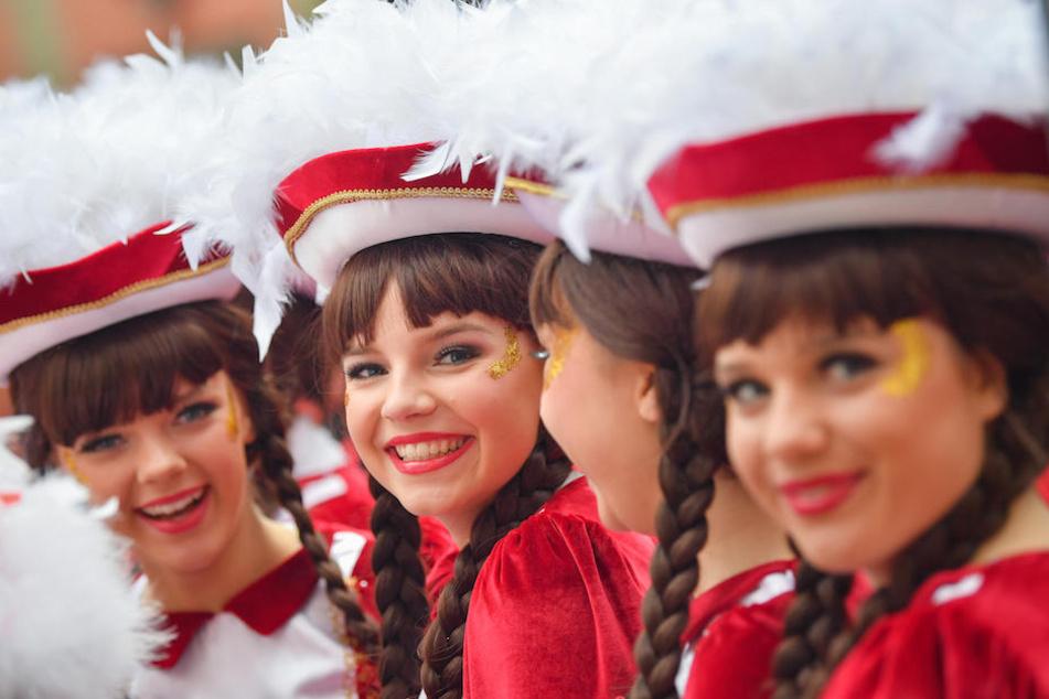 Fröhliche Funkenmariechen tanzten vor dem Cottbuser Rathaus auf dem Neumarkt. Cottbus gilt als ostdeutsche Karnevals-Hochburg.