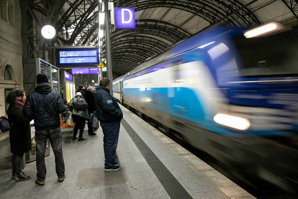 Für eine einfache Fahrt (ohne Bahncard) von Dresden nach Prag müssen Reisende jetzt mehr bezahlen. Los geht's bei 14,90 Euro (Super-Sparpreis), über 19,90 Euro (Sparpreis) bis hin zum Flexpreis, der bei rund 37 Euro liegt