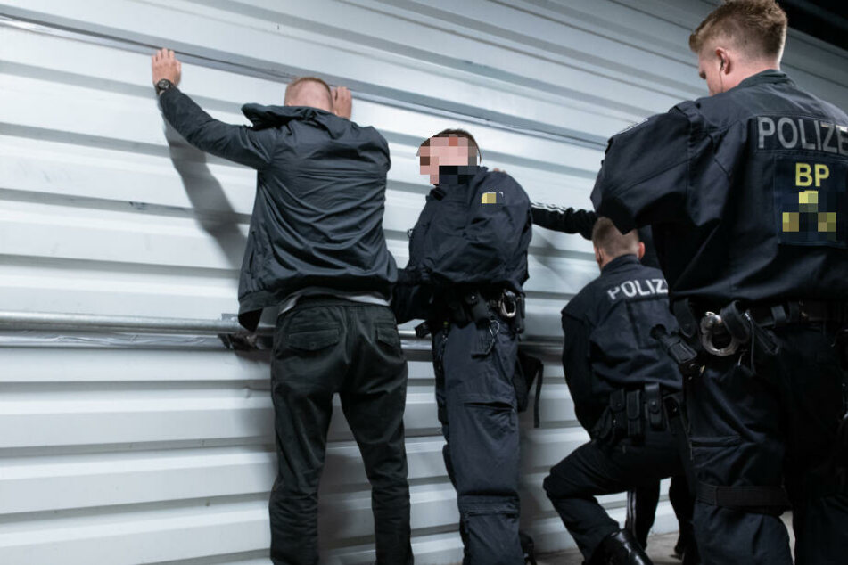 Die beiden Männer (29, 37) wurden in die Justizvollzugsanstalt Halle (Saale) gebracht und müssen dort bis zu 65 Tage bleiben. (Symbolbild)