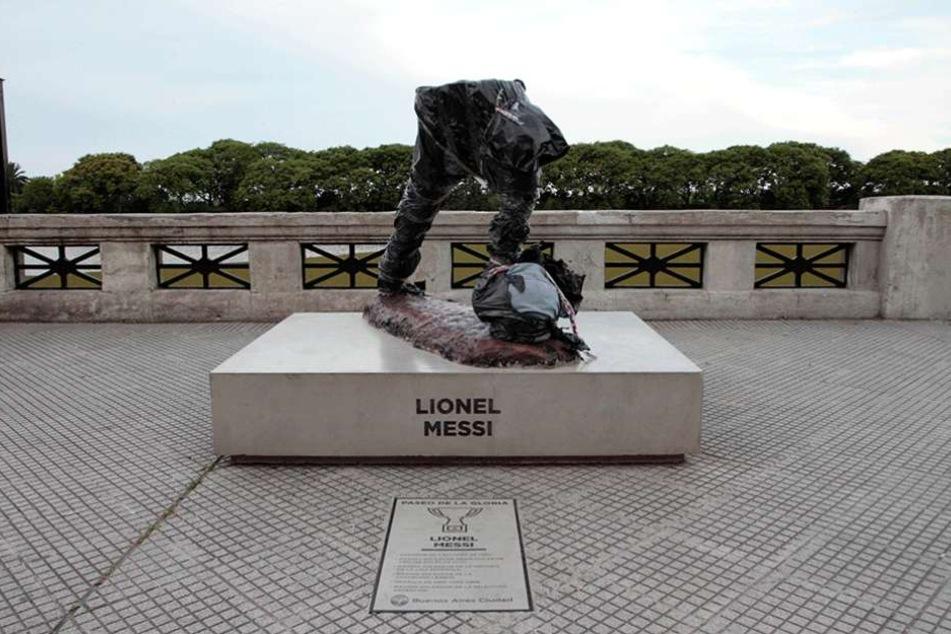 Nur die Beine der Figur von Fußballer Lionel Messi stehen auf dem Sockel seines Denkmals.