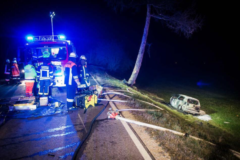 Auto geht nach Unfall auf B301 in Flammen auf: 19-Jähriger verbrennt in Wrack