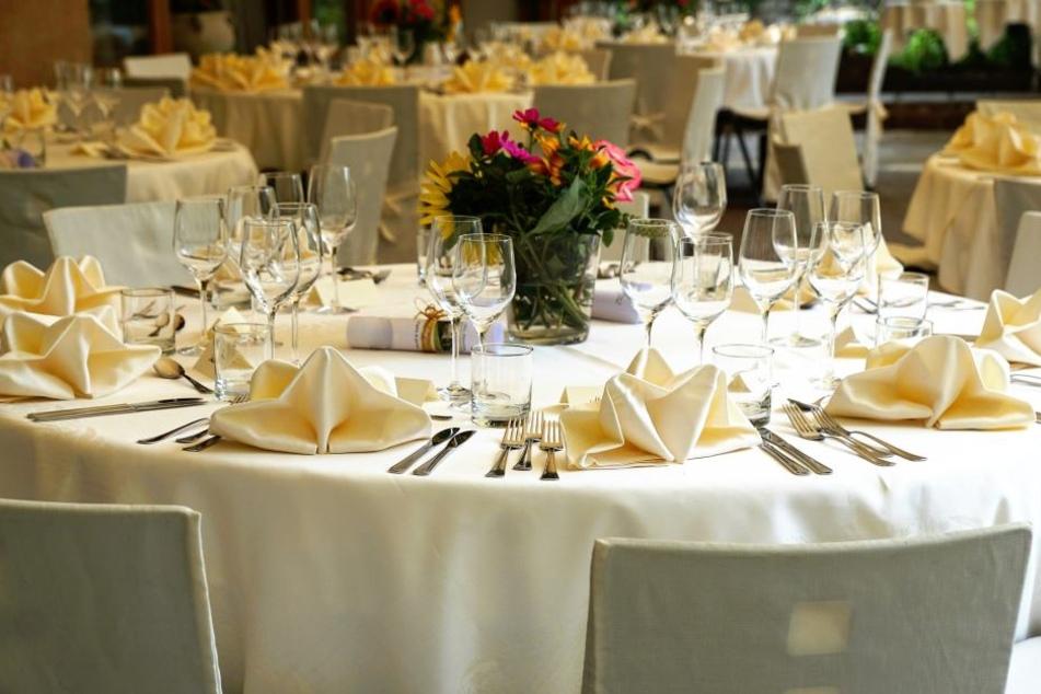 Dieser Tisch mutet so pompös an wie ein Tisch bei einer Hochzeitsfeier.