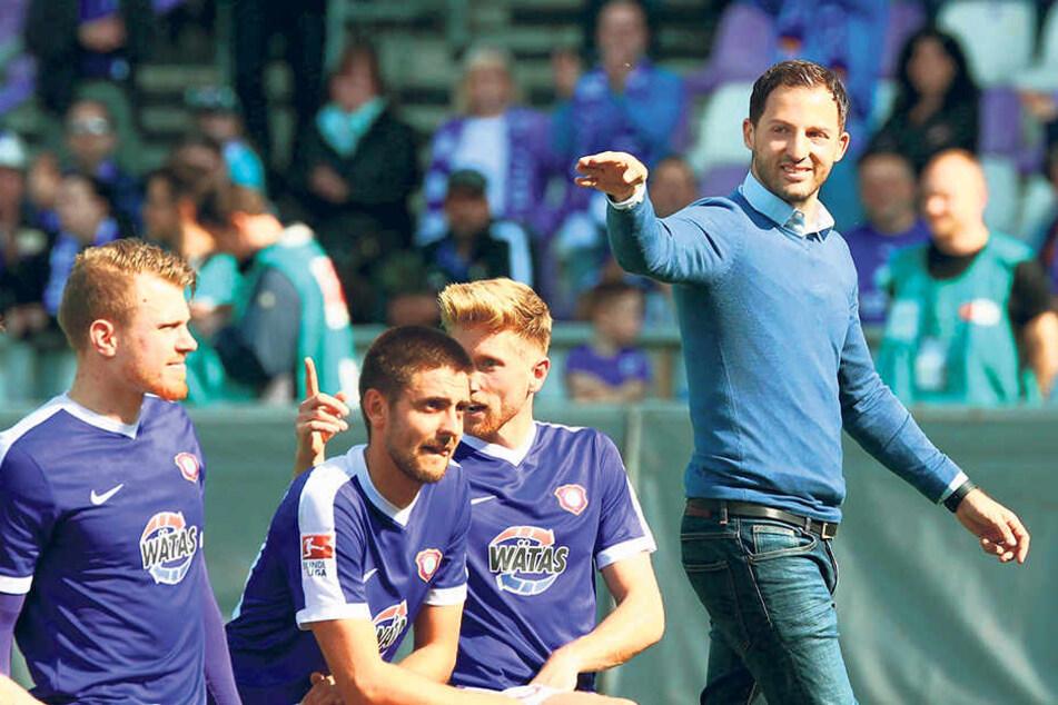 Nach der Partie gegen Hannover würde Domenico Tedesco (r.) gern wieder auf sein Team  zeigen und es feiern lassen.