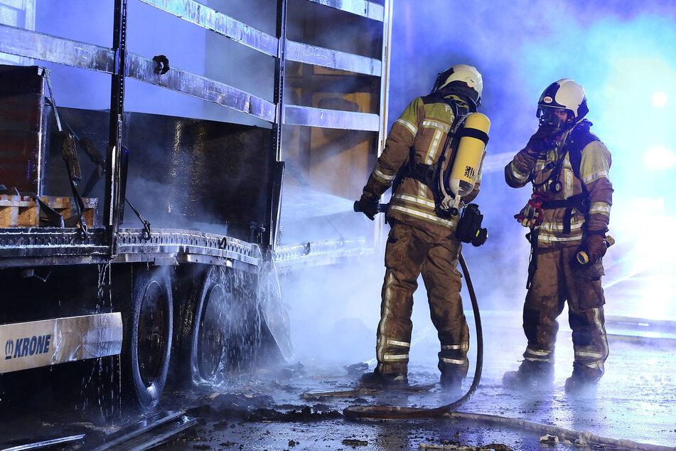 Die Kameraden der Feuerwehr löschten den Brand am Fahrzeug zügig ab.