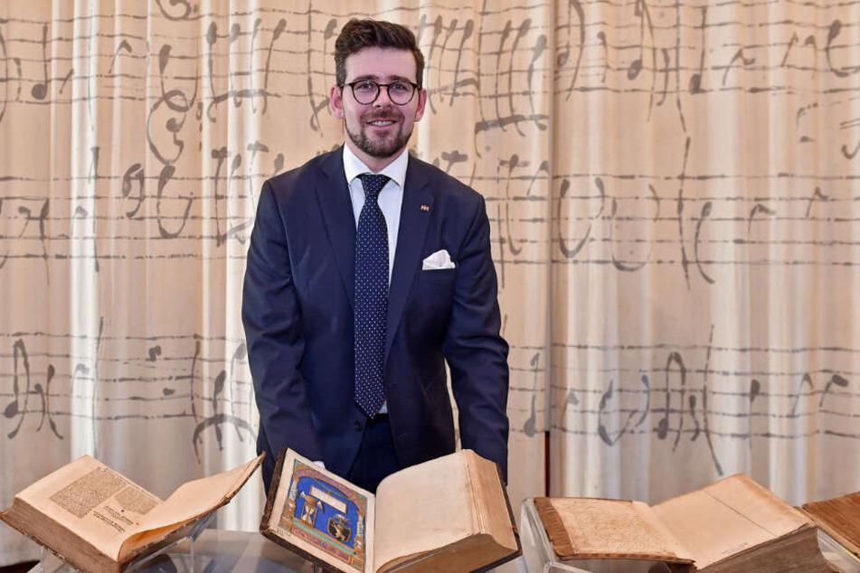 Museumsdirektor Sebastian Walther (31) hat die Bücher auf dem Dachboden des Weißenberger Museums gefunden.