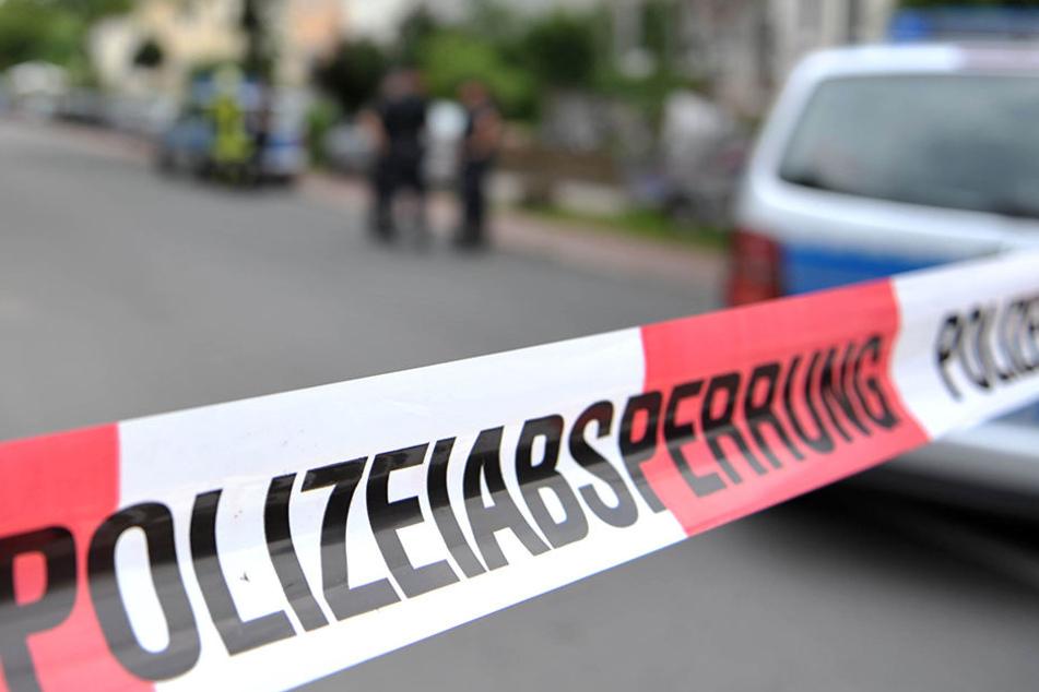 Nach dem Messerangriff verschwand der 26-Jährige vom Tatort. Die Polizei nahm ihn später in seiner Wohnung fest. (Symbolbild)