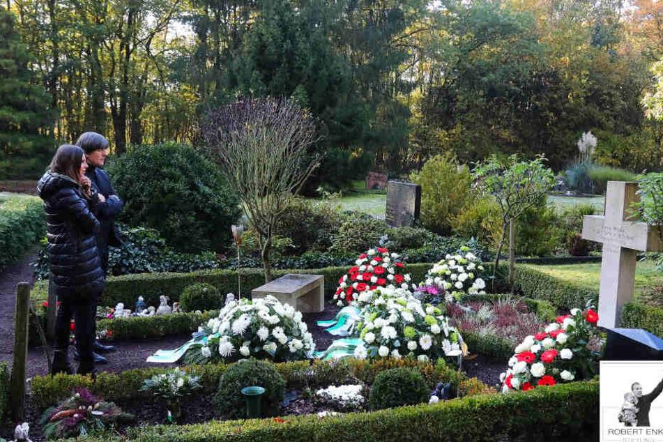 Bewegendes Bild: Joachim Löw und Teresa am Grab von Robert Enke
