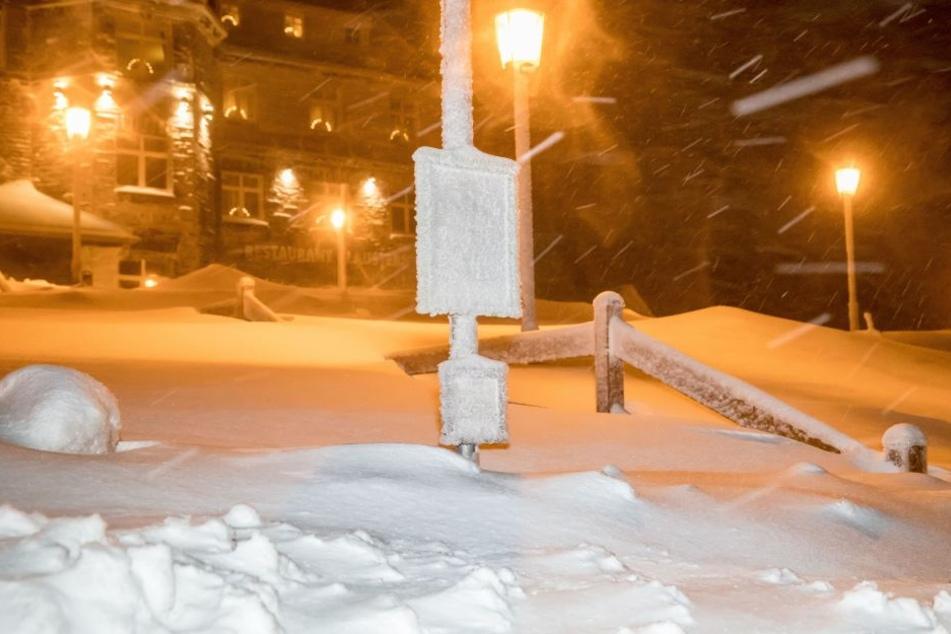 Das Fichtelbergplateau versinkt im Neuschnee.