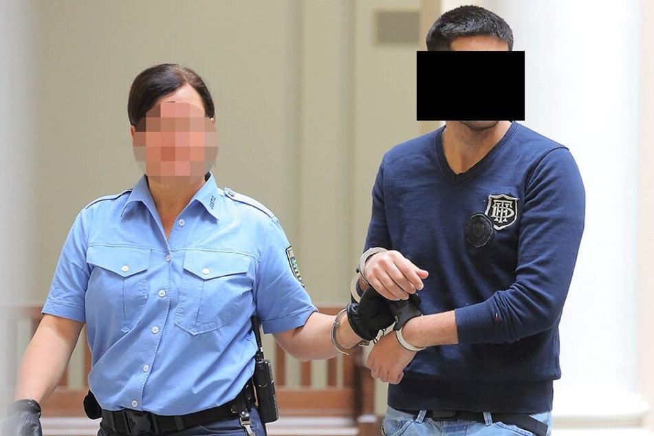 Eine echte Polizistin begleitet den falschen Polizisten zum Gerichtssaal.