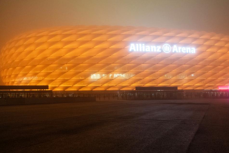 Die Allianz Arena leuchtet am Mittwoch vor dem Champions-League-Spiel des FC Bayern München gegen RB Salzburg in Orange. (Archivbild)