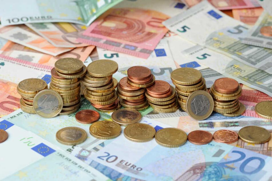 Der Reisebusunternehmer kann nun entweder seine Schulden bezahlen oder der Bus wird versteigert. (Symbolbild)