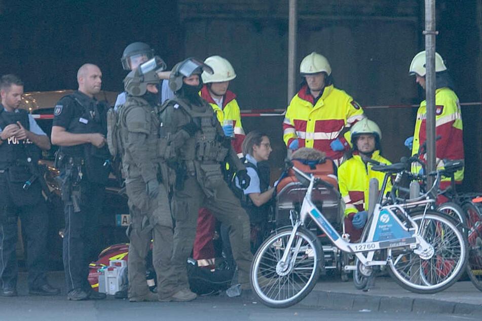 Nach dramatischen Stunden am Kölner Hauptbahnhof schließen die Ermittler nicht aus, dass es ein versuchter Terroranschlag war. Ein Opfer musste nach dem Einsatz medizinisch versorgt werden.