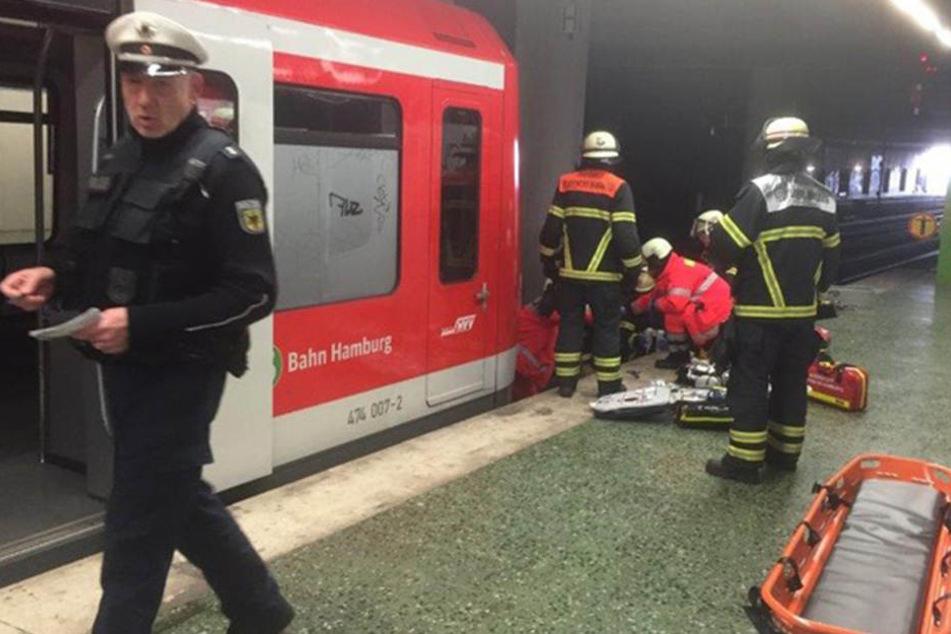Rettungskräfte versuchten noch, dem Mann zu helfen. Doch er starb an seinen Verletzungen am Unfallort.