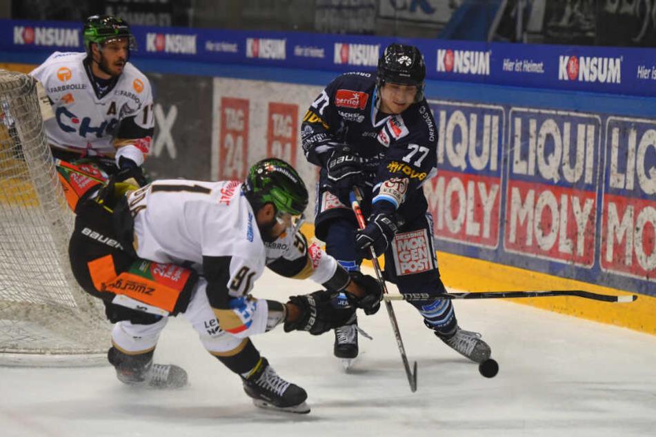 Arne Uplegger (r., hier gegen Ravensburg in Aktion) freut sich mit seinen Eislöwen heute auf den Tabellenführer aus Kassel.