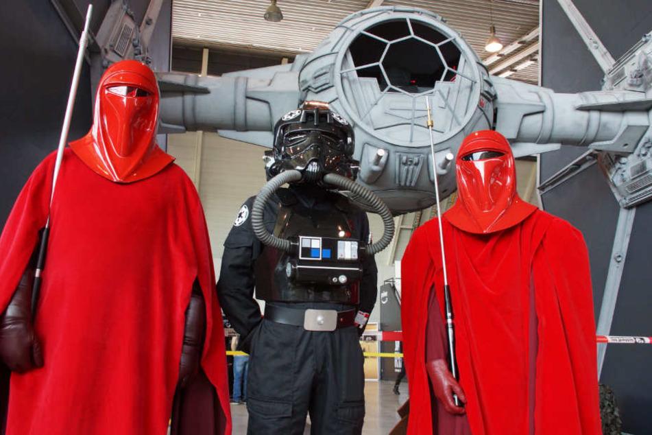 """Auch zwei Raumschiffe aus """"Star Wars"""" gab es im Maßstab 1:1 zu bewundern. Im Hintergrund ein TIE Fighter, davor ein Pilot sowie zwei Mitglieder der Imperialen Ehrengarde."""