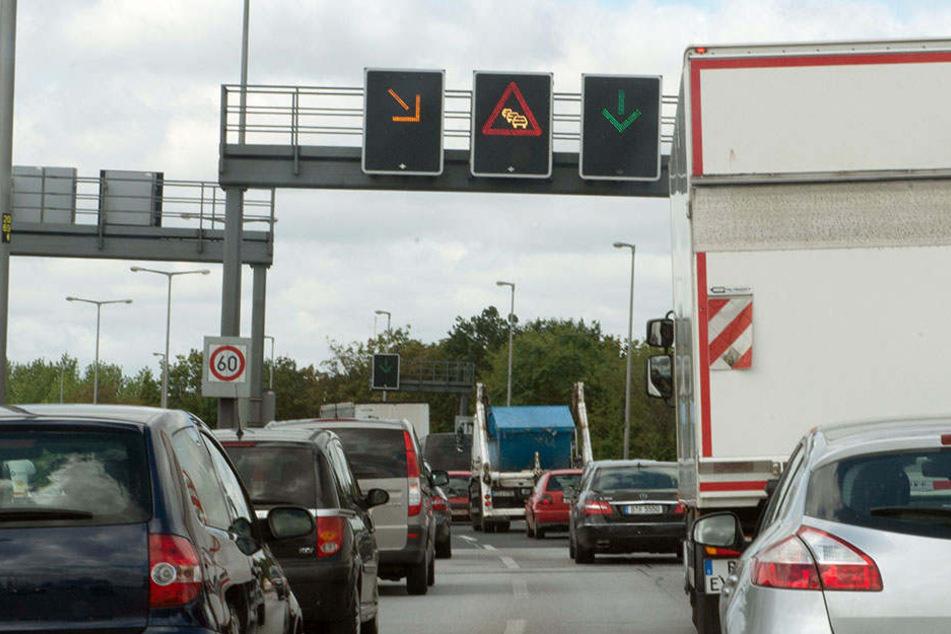 Dicht an dicht stehen in Berlin Fahrzeuge kurz vor der Rudolf-Wissell-Brücke.