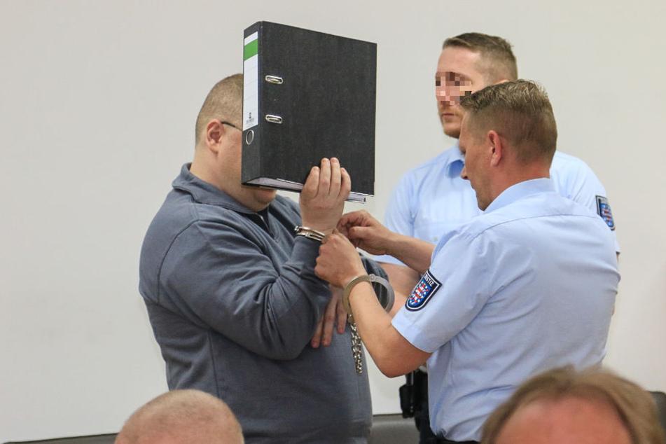 Tino Brandt versteckte sich zum Prozessauftakt hinter einem Aktenordner.