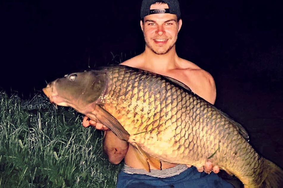 Petri Heil! Angler Johannes Wendt (27) zog diesen gewaltigen Schuppenkarpfen aus der Dresdner Elbe.