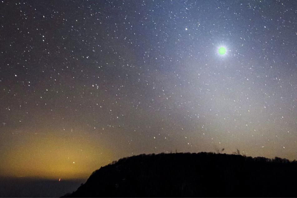 Zahlreiche Menschen beobachteten ein grünliches Licht am Nachthimmel (Symbolbild).