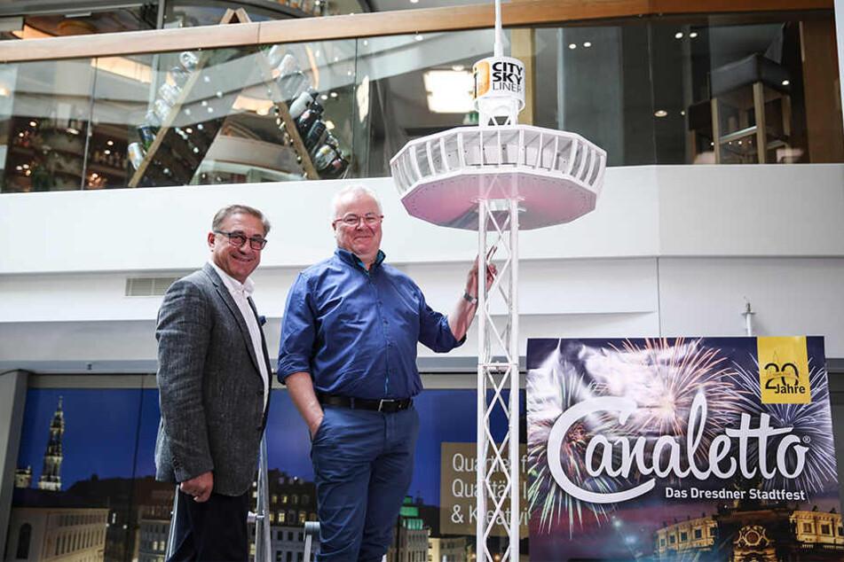 """Als Modell vielleicht drei Meter, original aber 72 Meter hoch: Canaletto-Veranstalter Frank Schröder (r.) holt den """"City Skyliner"""" zum Stadtfest nach Dresden."""
