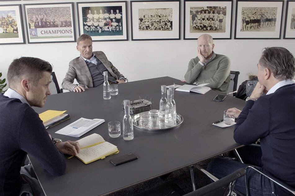 Die Führungsrunde der Borussia: Watzke, Sammer, Kehl und Zorc an einem Tisch.