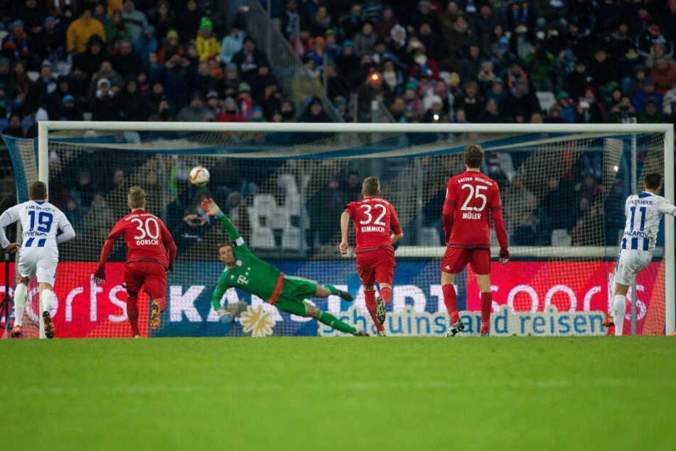 Die Initialzündung: Dimitrij Nazarov (r.) haut im Freundschaftsspiel des KSC Bayerns Keeper Manuel Neuer einen Elfmeterball in die Maschen.