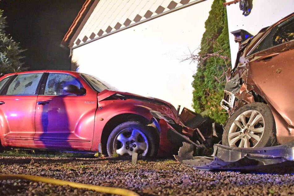 Nachdem sie mit ihrem Chrysler gegen die Hauswand geknallt ist, landete sie auf einem abgestellten Hyundai.