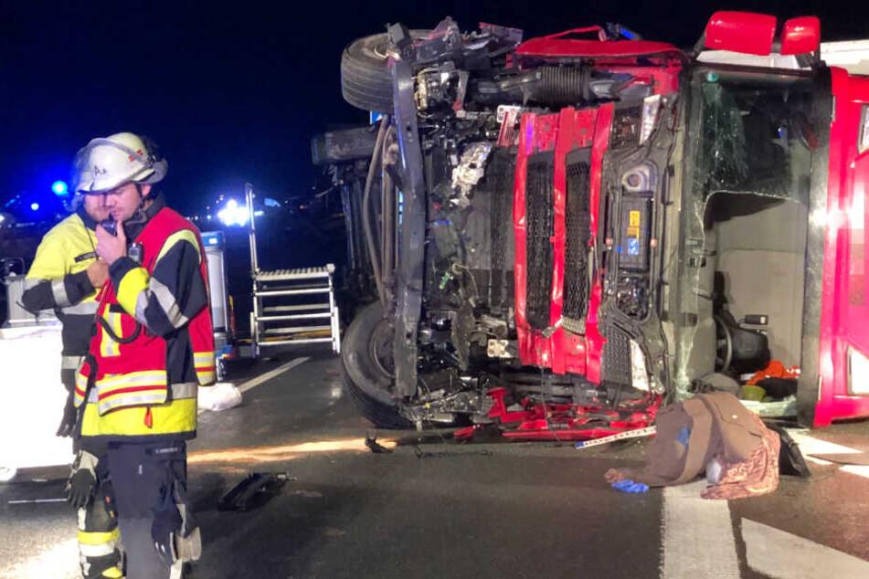 Unfall auf A9: Lkw kollidiert mit Auto und kracht durch Leitplanke