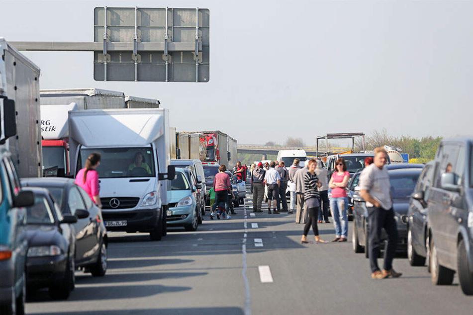 Stau-Alarm auf A14! Transporter kracht in Schwerlaster