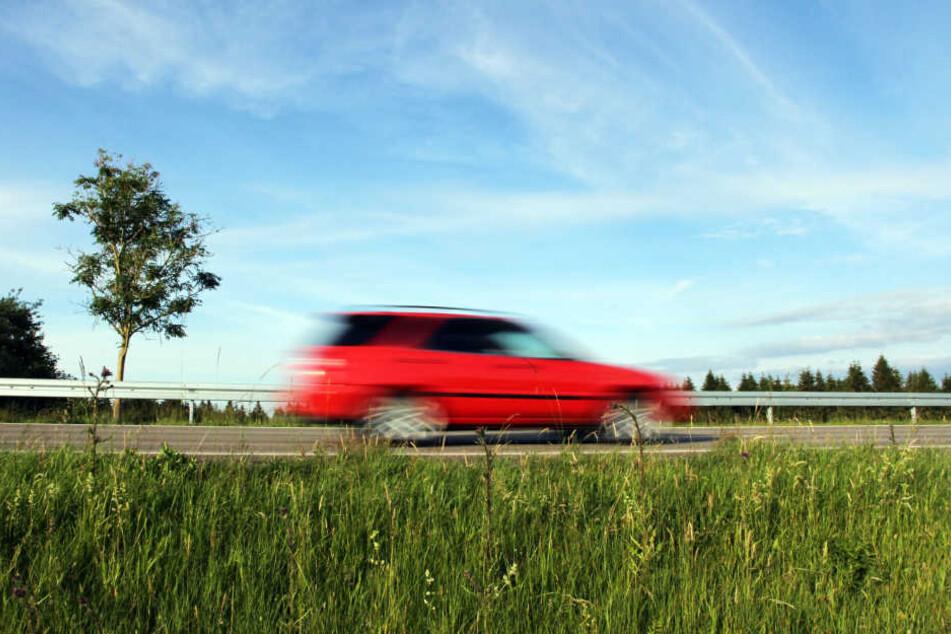 Dass der Pkw-Fahrer angeblich zu schnell an seinem Grundstück vorbeifuhr, hat einen Anwohner ordentlich auf die Palme getrieben. (Symbolbild)