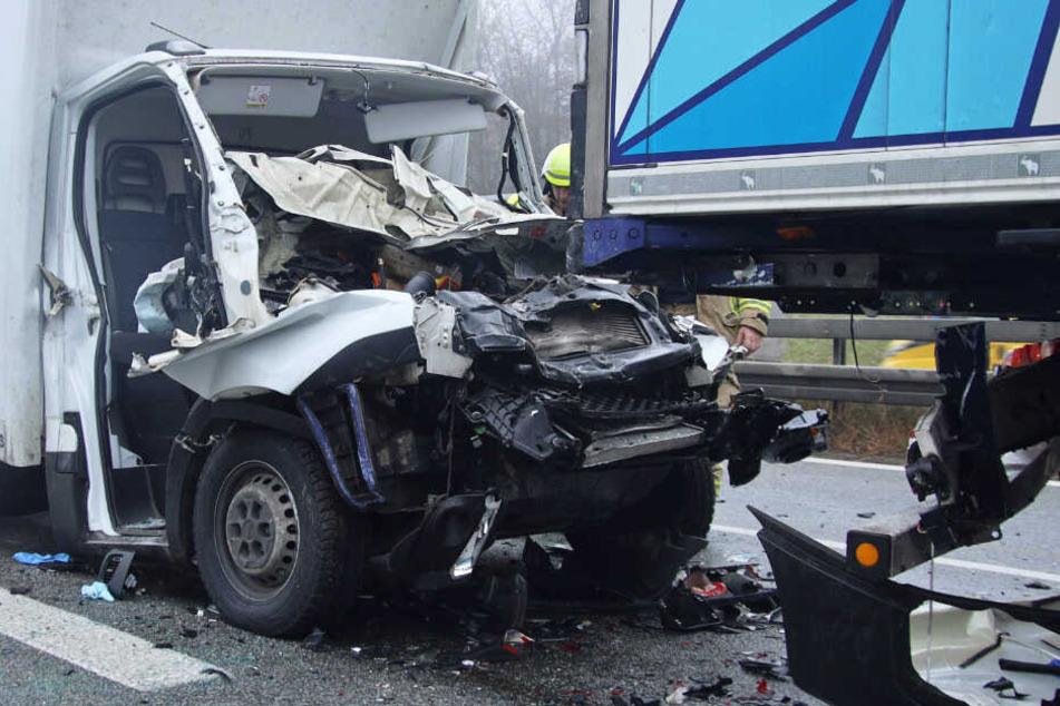 Ein Kleintransporter ist auf einen Lastwagen aufgefahren - mit verheerenden Folgen.