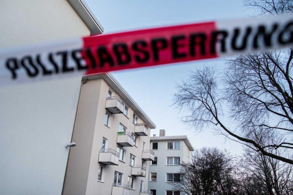 Im Hausflur eines Mehrfamilienhauses wurde der Mann gefunden (Symbolbild)