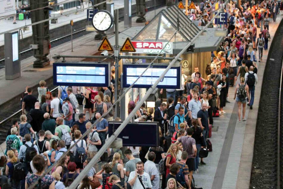 Der Hamburger Hauptbahnhof platzt zu Hauptverkehrszeiten aus allen Nähten.