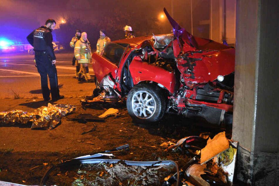 19-Jähriger knallt betrunken gegen Mast: Beifahrer in Lebensgefahr