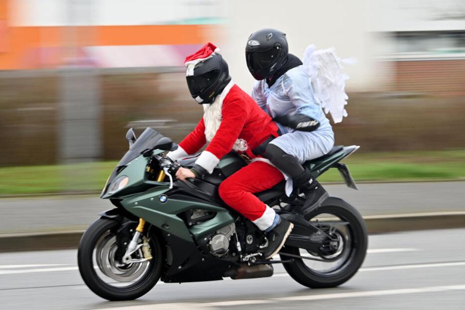 """Weihnachtlich verkleidete Motorradfahrer starten zum """"X-Mas Ride 2019""""."""