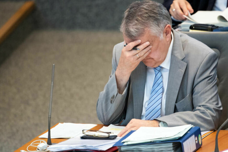 Herbert Reul am Mittwoch im Düsseldorfer Landtag: Auch der Innenminister hat mit der Hitze zu kämpfen.