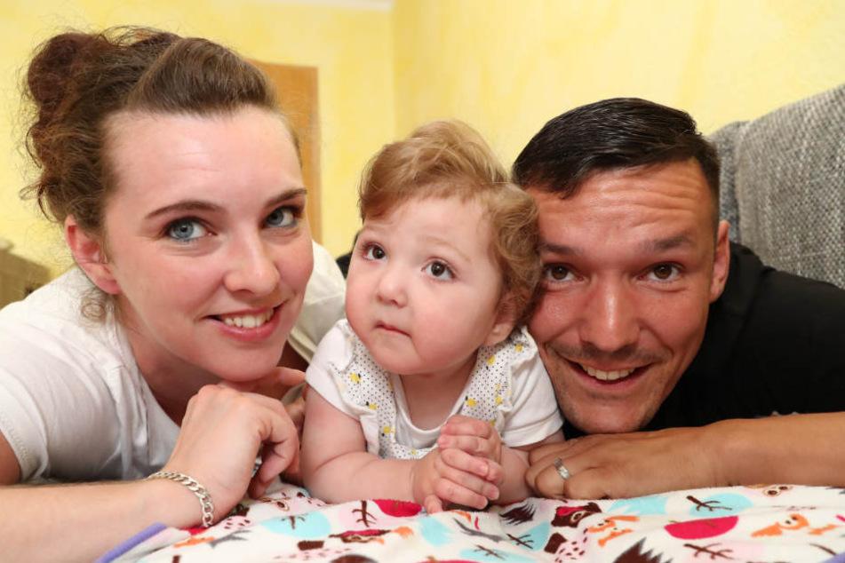 Lisa Ernert und David Neuhaus mit ihrem Wunschkind Greta. Greta hat die unheilbare Erbkrankheit Smith-Lemli-Opitz-Syndrom.